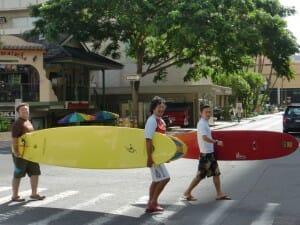 治療家仲間とサーフィンをしに海へ向かう寺平 in HAWAII